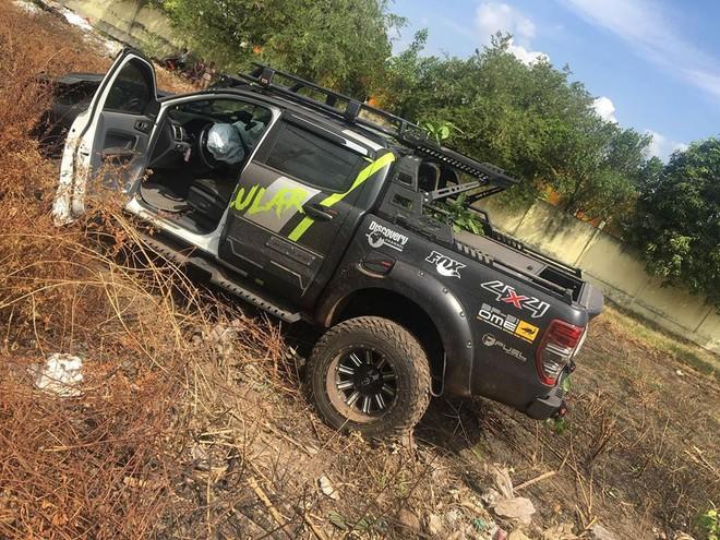 Chiếc Ford Ranger nằm trên bãi đất trống bên đường sau vụ tai nạn