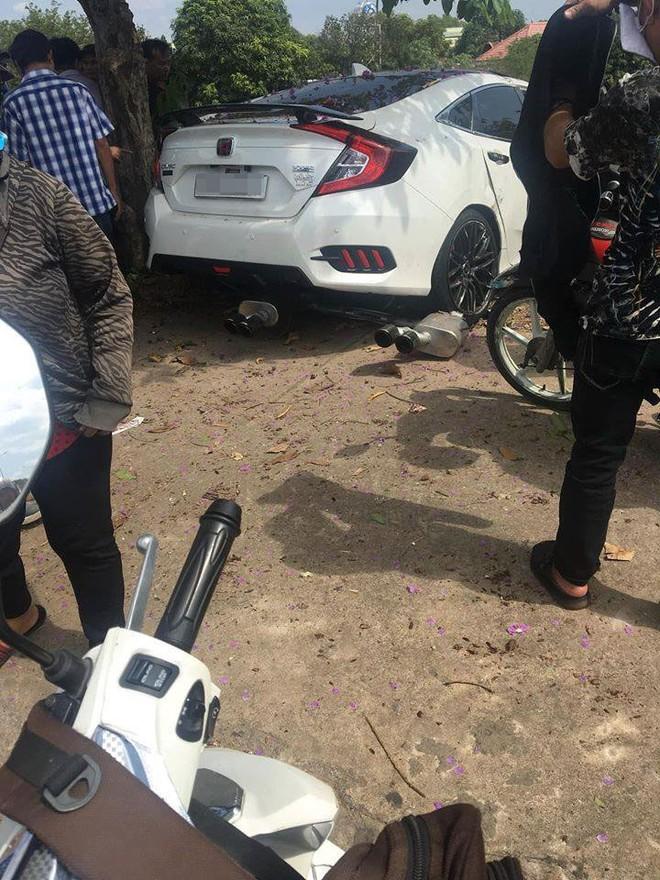 4 ống xả của chiếc Honda Civic rơi xuống mặt đường