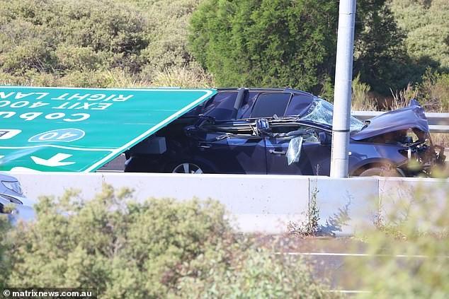 Chiếc SUV bị biển báo đè trúng và hỏng nặng