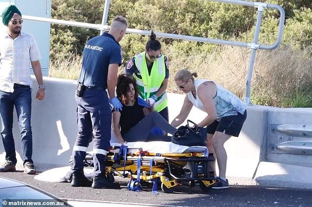 Nữ tài xế bị thương phải nhập viện