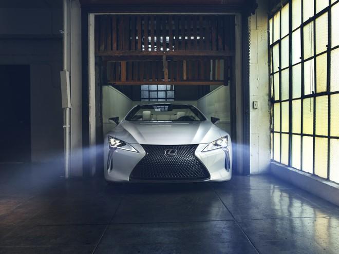 Cận cảnh đầu xe của Lexus LC Convertible