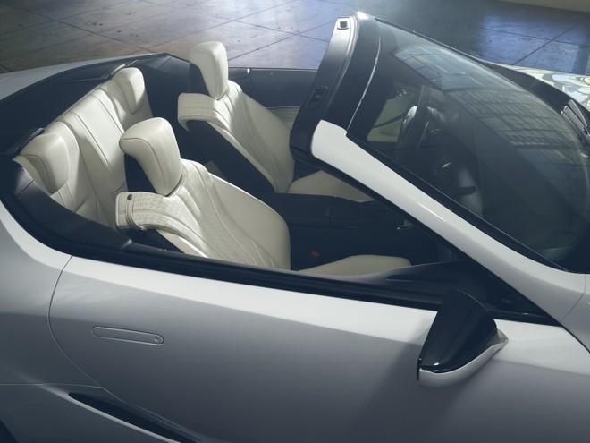 Mui nỉ của Lexus LC Convertible được cất gọn sau hàng ghế thứ 2