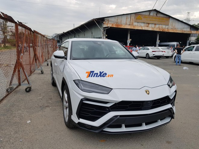 Khoảng 8h53 sáng ngày 12/1/2019, chiếc siêu SUV Lamborghini Urus của Minh Nhựa đã được vận chuyển xuống trạm đăng kiểm Bình Triệu
