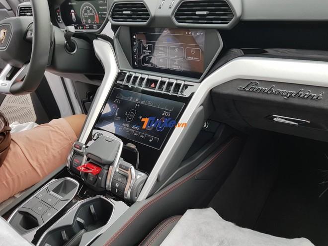 Hệ thống giải trí Lamborghini Urus bao gồm 2 màn hình giải trí và kết nối với nhau thông qua hệ thống thông tin giải trí Lamborghini (LIS)