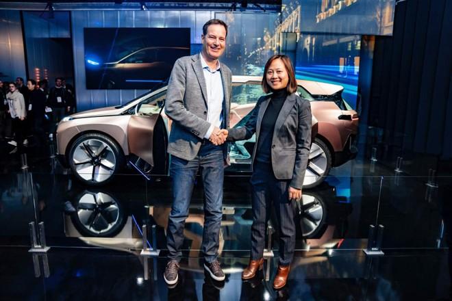 Đại diện của BMW và Alibaba bắt tay nhau ở CES 2019
