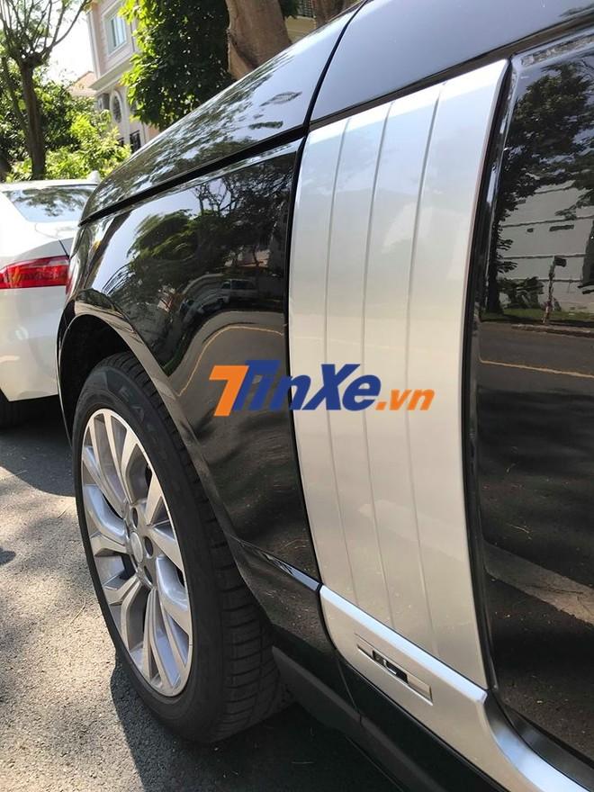 Chữ L viết tắt của Long WheelBase xuất hiện bên hông xe Range Rover Autobiography LWB đời 2018 của Minh Nhựa