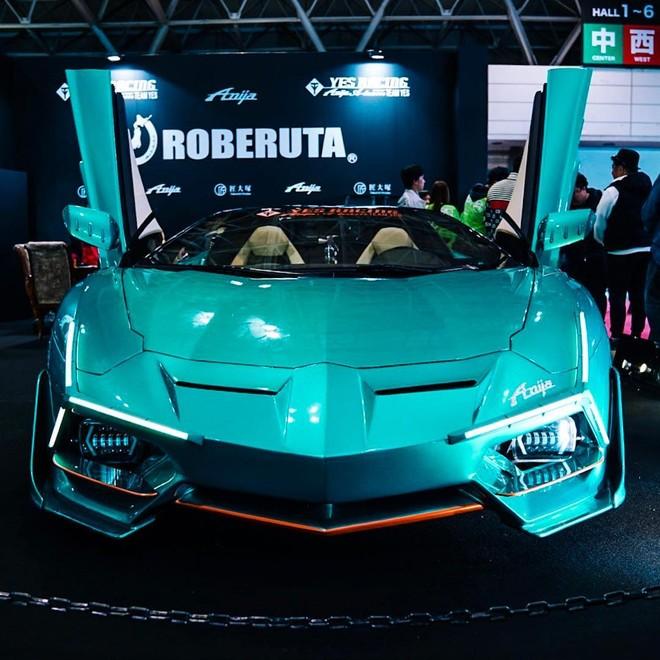 Chiếc Lamborghini Aventador Roadster độ khoác bộ cánh ngoại thất màu xanh ngọc đẹp mắt