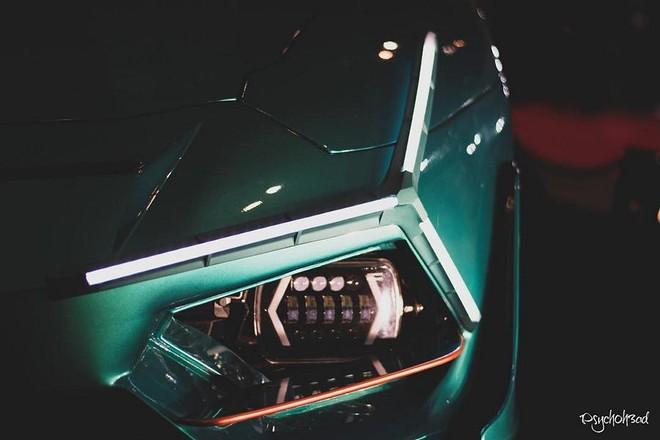Cụm đèn pha hình chữ Y của chiếc Lamborghini Aventador Roadster độ