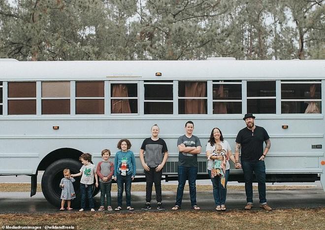 Gia đình Lawson với 9 thành viên cùng chiếc xe buýt đã được cải tạo thành nhà di động.