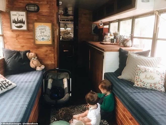 Phòng khách vừa là bếp ăn của cả gia đình trên chiếc xe.