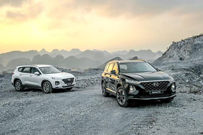 Hyundai Santa Fe 2019 màu đen và trắng