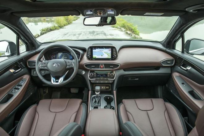 Nội thất hiện đại có phần giống với Hyundai Kona nhưng sang trọng hơn nhờ các chi tiết bọc da
