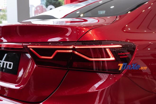 Cụm đèn hậu có dải đèn LED định vị ban ngày gấp khúc giống với một số mẫu xe của Jaguar