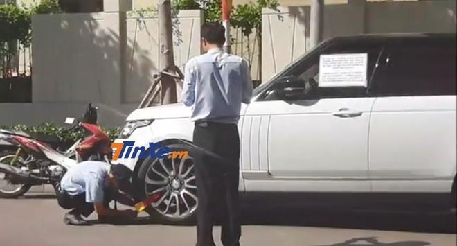 Chiếc Range Rover Autobiography bị bảo vệ khoá bánh xe ở Sài thành