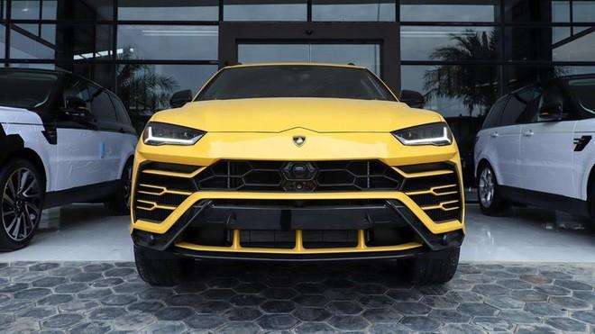 Cận cảnh phần đầu chiếc siêu SUV Lamborghini Urus màu vàng độc nhất Campuchia