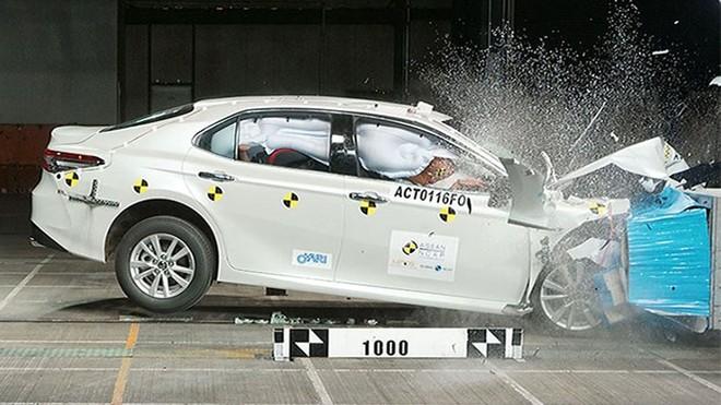 Toyota Camry 2019 sử dụng cơ sở gầm bệ GA-K được phát triển trên nền tảng khung gầm toàn cầu TNGA giúp xe có cốt lõi vững chắc hơn thế hệ cũ