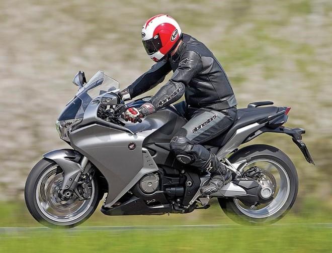 Honda VFR 1200 sử dụng khối động cơ V4 nguyên bản thuộc dòng Sport-touring