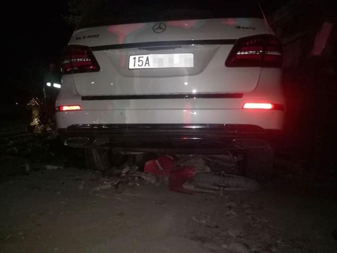 Chiếc Mercedes-Benz GLS400 cuốn xe máy vào gầm