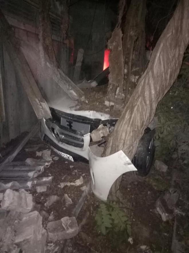 Chiếc Mercedes-Benz GLS400 bị vỡ nát phần đầu xe