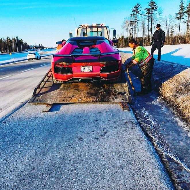 Trước đó, cảnh sát Canada từng tạm giữ siêu xe Lamborghini Aventador mui trần một tuần do chủ nhân lái xe quá tốc độ