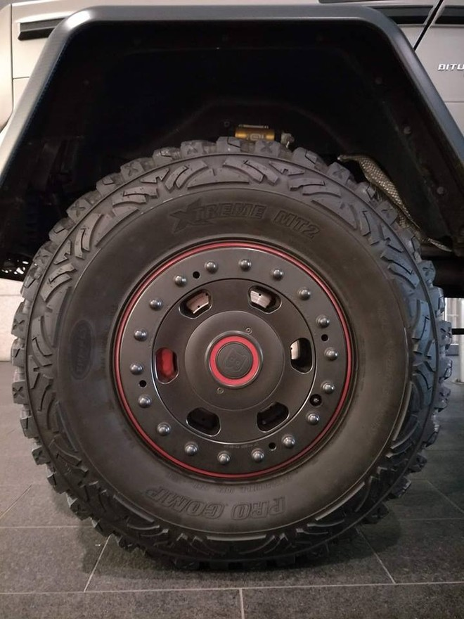 1 bánh xe khổng lồ của Mercedes-Benz G63 AMG 6x6 độ Brabus