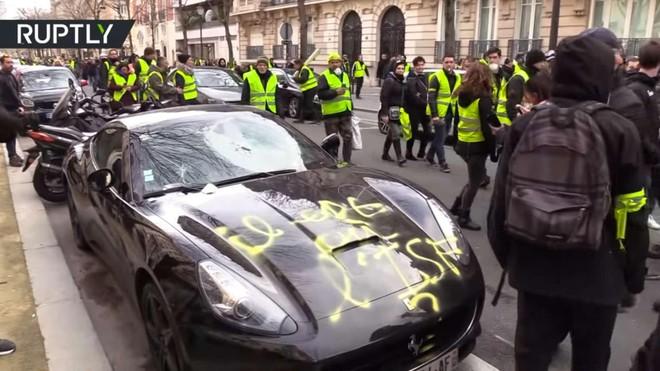 Chiếc Ferrari California bị phá hoại bởi áo gile vàng