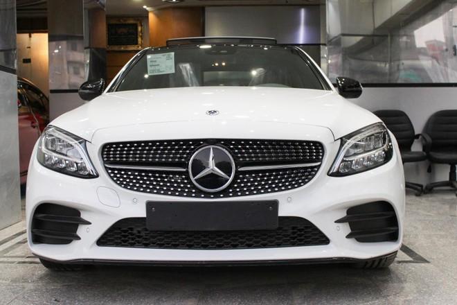 Ở bản nâng cấp, Mercedes-Benz C-Class 2019 có thiết kế cản trước và cản sau mới song song với đó là bổ sung trang bị cụm đèn pha Multibeam LED có tới 84 đi-ốt chiếu sáng