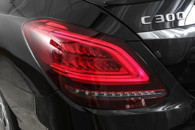 Đèn hậu vẫn sử dụng bóng LED nhưng được tạo hình chữ C mới