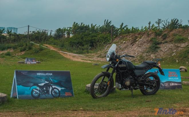 Tại buổi trải nghiệm xe, 2 chiếc Royal Enfield Himalayan được đưa ra bãi để các biker thử sức
