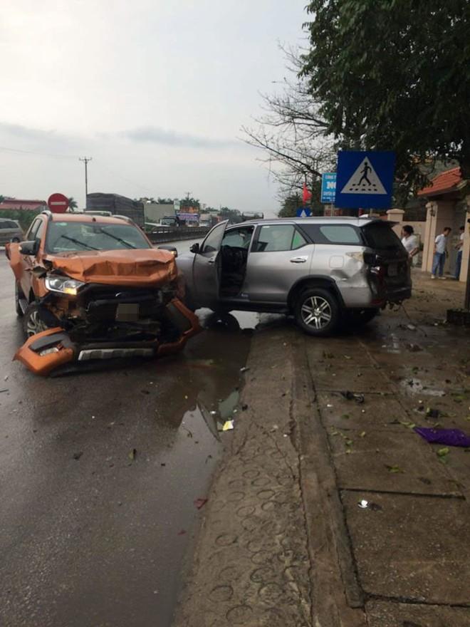 Hai chiếc ô tô Ford Ranger và Toyota Fortuner tại hiện trường vụ tai nạn