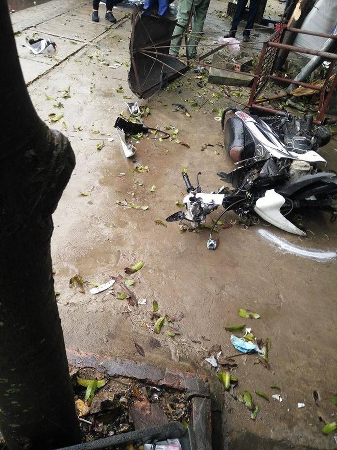 Hai chiếc xe máy nằm trên vỉa hè
