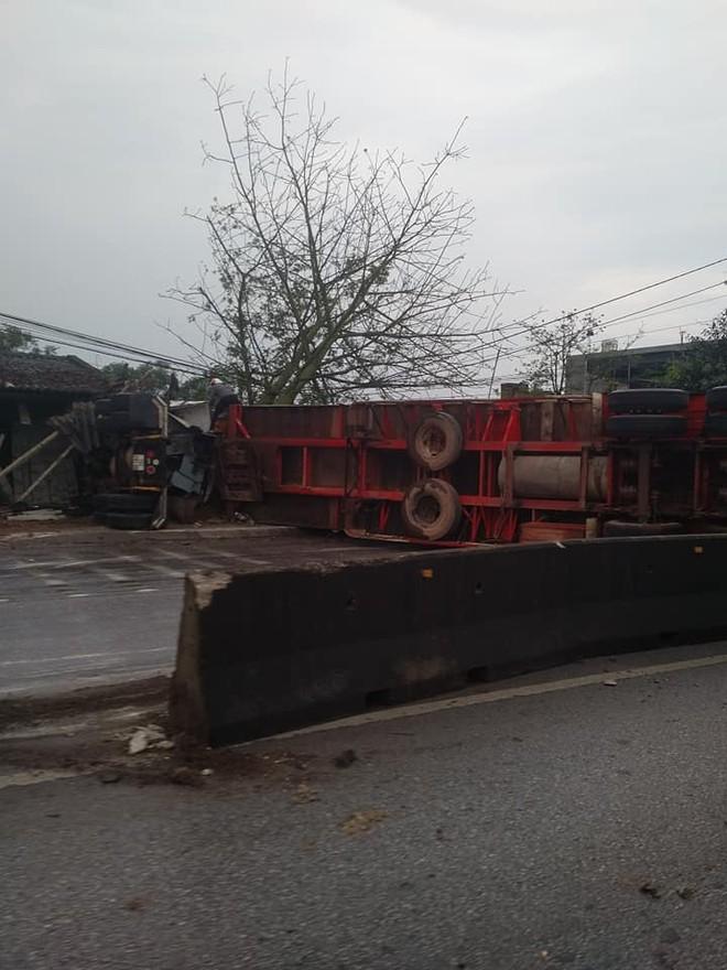 Chiếc xe container nằm lật nghiêng và chắn ngang đường