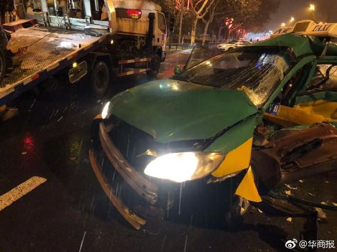 Chiếc xe taxi BYD tại hiện trường vụ tai nạn