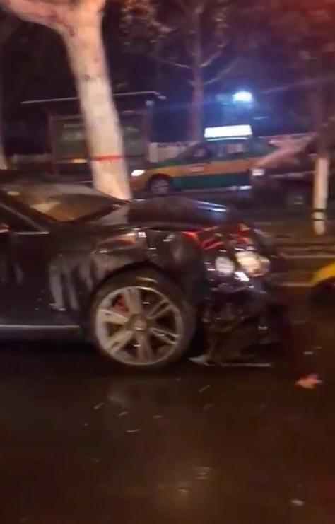 Chiếc Bentley Continental bị vỡ nát đầu xe