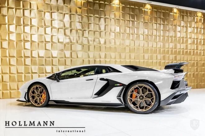 Siêu xe Lamborghini Aventador SVJ này có màu sơn trắng kết hợp cùng mâm vàng