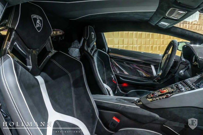 Khoang lái xe bọc da Alcantara với các điểm nhấn là sợi carbon và màu trắng
