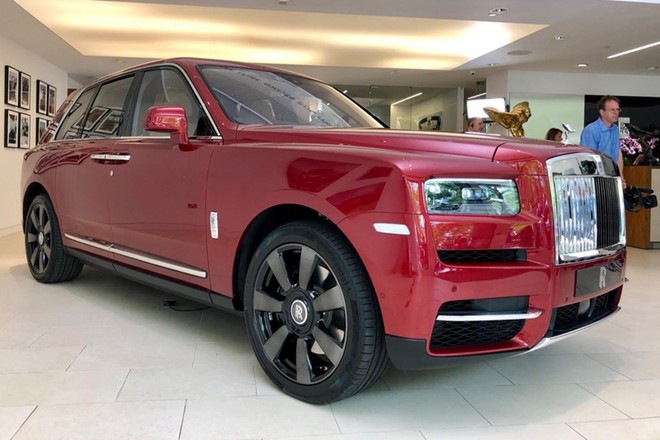 Một chiếc Rolls-Royce Cullinan 2019 nằm ở đại lý