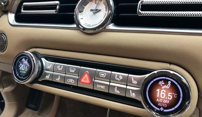 Đồng hồ báo giờ dạng analogue tương tự những mẫu xe sang như Rolls-Royce hay Bentley