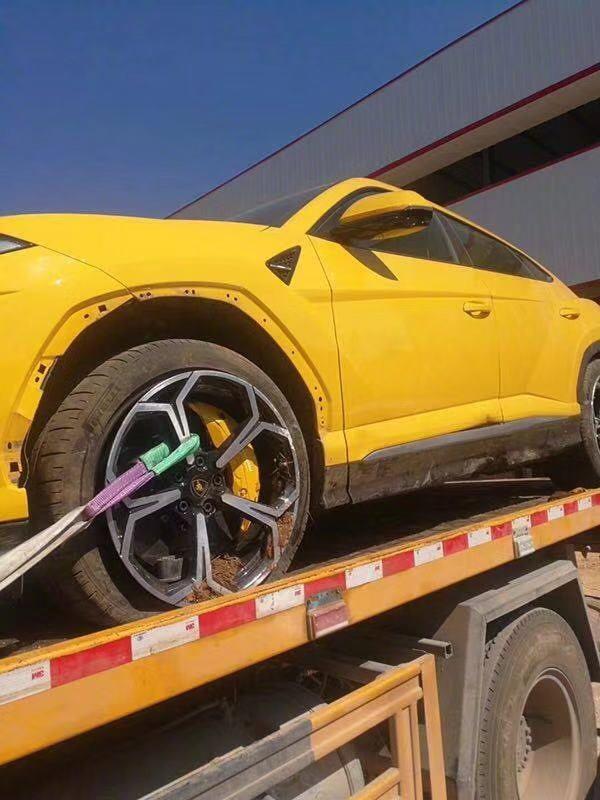 Chiếc Lamborghini Urus bị nổ lốp trước bên trái