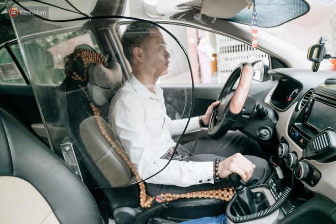 Cận cảnh vách ngăn giúp tài xế taxi tự bảo vệ chính mình