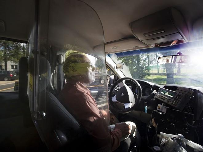 Những vách ngăn, lồng sắt trên thế giới đã áp dụng để bảo vệ tài xế