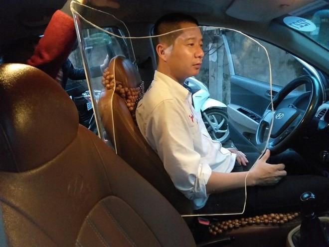 Hình ảnh vách ngăn bảo vệ tài xế taxi gây xôn xao mạng xã hội