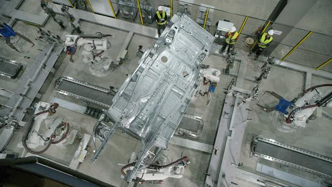 Quá trình hoàn thiện thân vỏ xe LUX SA2.0 đầu tiên mang thương hiệu VinFast nhìn từ trên cao
