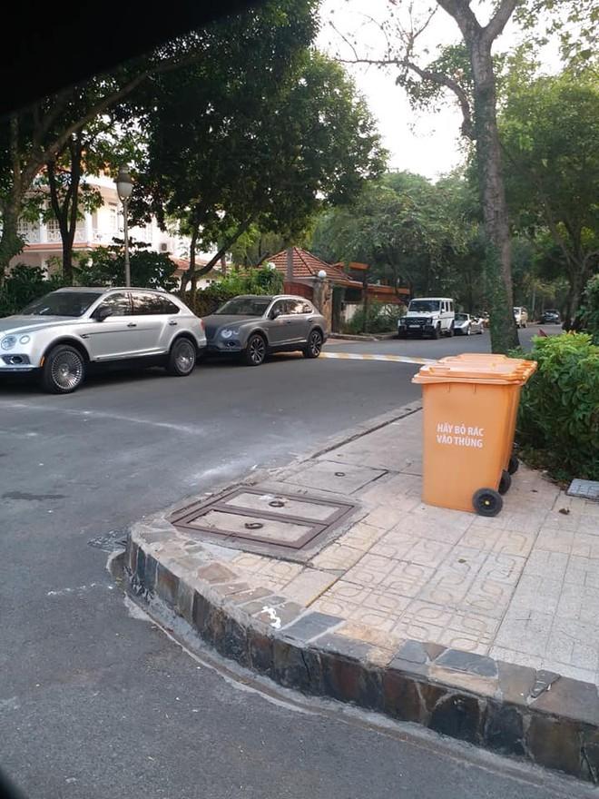 Một đoàn xe của ông Đặng Lê Nguyên Vũ đỗ bên ngoài biệt thự ở quận 2
