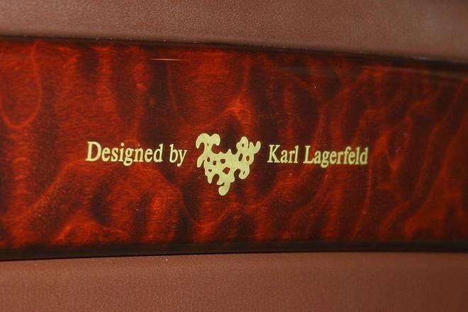 Biểu tượng Design by Karl Lagerfeld trên xe