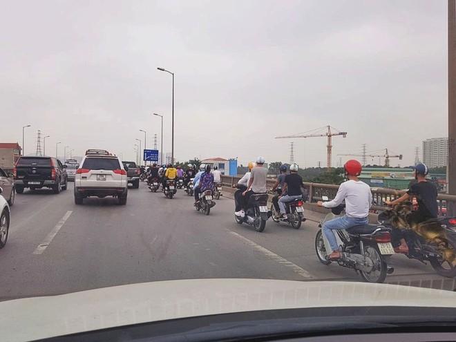 Giao thông trên đường vành đai 3 trở nên hỗn loạn khi có sự xuất hiện của rất nhiều xe máy