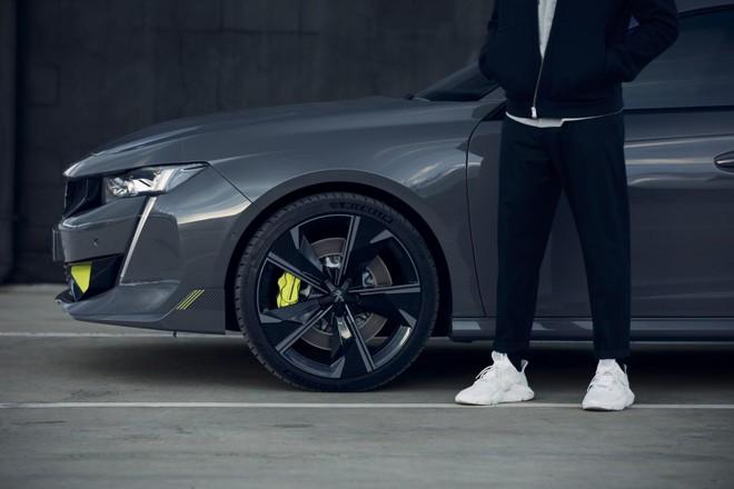 Nó có trang bị nhiều phụ tùng cải thiện khả năng đánh lái và tốc độ