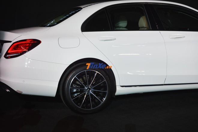 Bộ mâm trên Mercedes-Benz C200 Exclusive 2019 có thiết kế 5 chấu kép 18 inch