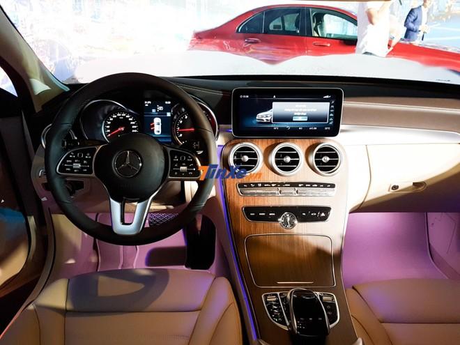 Nội thất của Mercedes-Benz C200 Exclusive 2019 tập trung vào các chi tiết da, kim loại và cả ốp gỗ