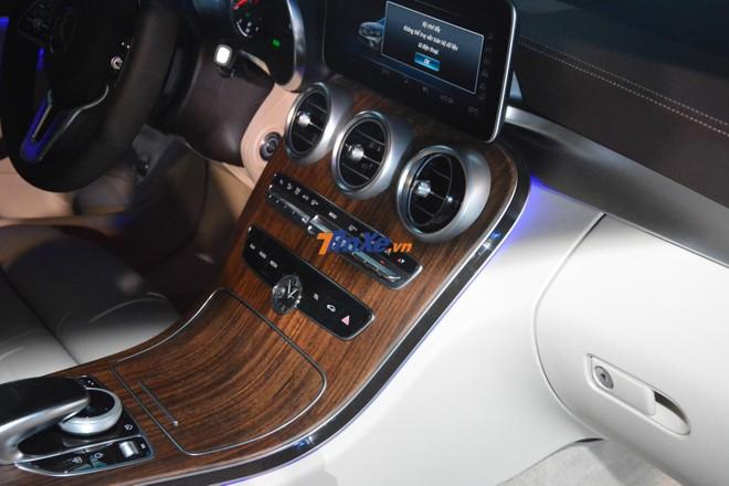 Gỗ ốp trên Mercedes-Benz C200 Exclusive 2019 là loại óc chó vân nổi